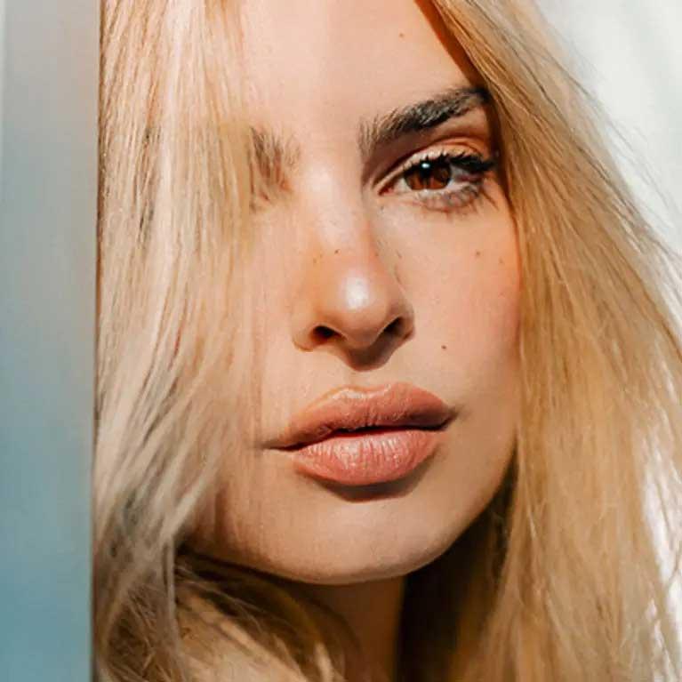 Emily Ratajkowski Reveals Blonde Hair